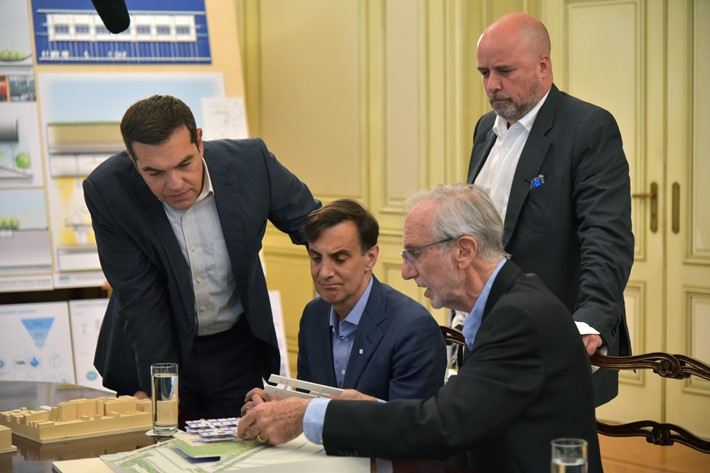 (From left to right) Alexis Tsipras, former Greek Prime Minister, Ronald. J. Daniels, President, Johns Hopkins University, Andreas. C. Dracopoulos, Co-President, SNF, Renzo Piano, architect / Source: Marilena Katsini